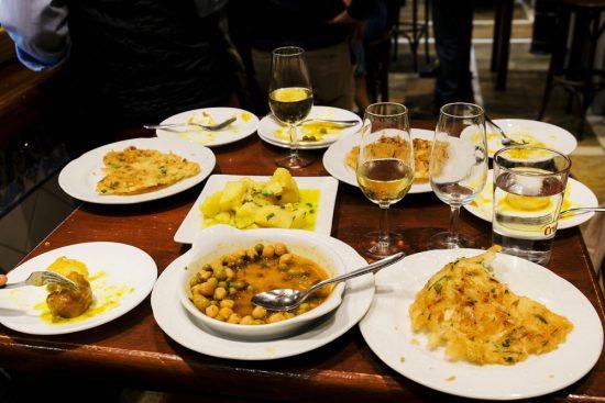 Een tafel vol tapas bij Barbiana sherrybar in Sevilla. Stedentrip Sevilla, Spanje, Seville, city trip