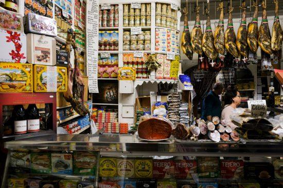 De winkel van abaceria Casa Morena staat bomvol etenswaren. Stedentrip Sevilla, Spanje, Seville, city trip