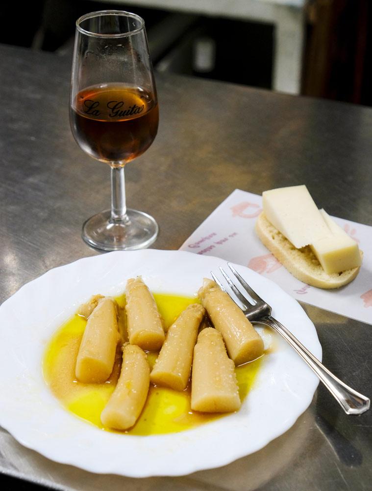 Asperges en sherry bij abaceria Casa Moreno. Stedentrip Sevilla, Spanje, Seville, city trip