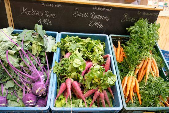 Verse groenten op de Lousbergmarkt in Gent. Sneukelen in Gent, stedentrip Belgie
