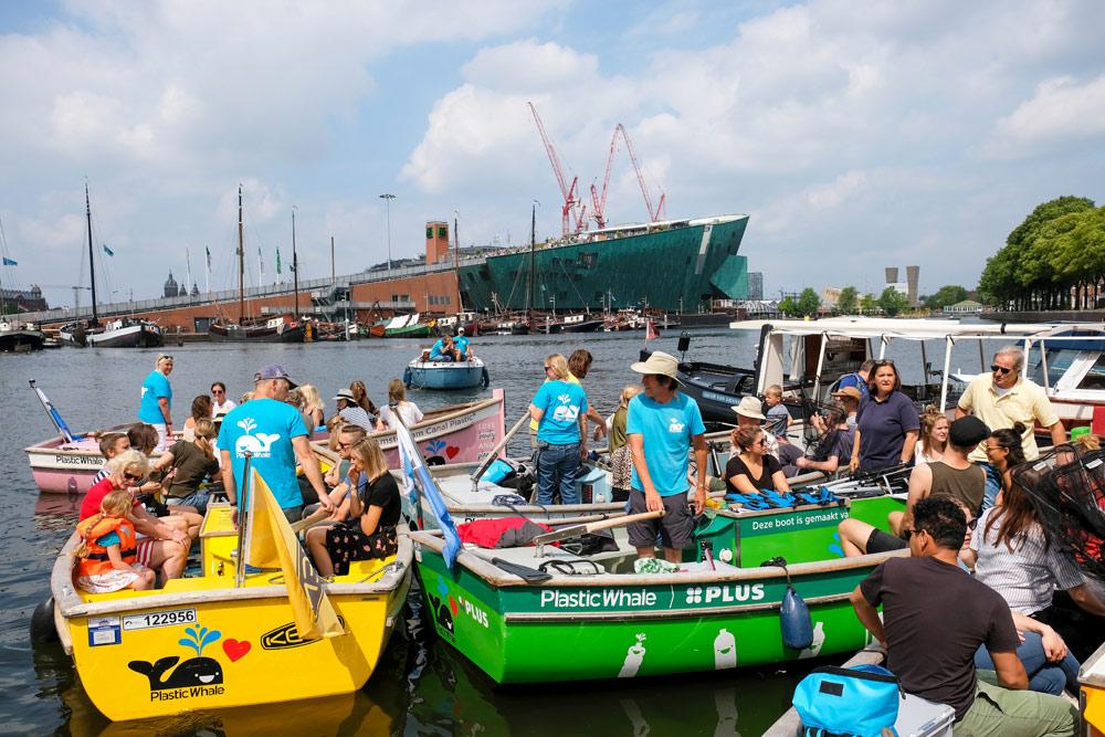 Plastic Whale: afval vissen in de Amsterdamse grachten