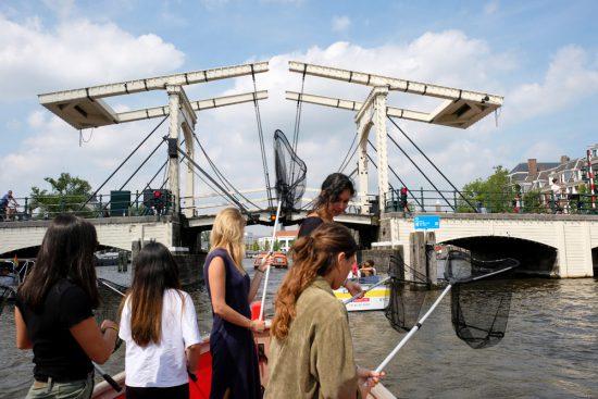 Relaxt en toch duurzaam zo'n middagje plastic vissen met Plastic Whale. Plastic Whale vissen in de Amsterdamse grachten , de dag na Pride Amsterdam
