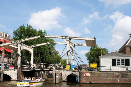 Tijdens het plastic vissen is er voldoende tijd om van Amsterdamse grachten te genieten. Plastic Whale vissen in de Amsterdamse grachten , de dag na Pride Amsterdam
