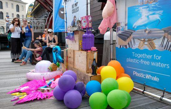 Er is altijd een prijs voor het meest originele object dat uit de gracht gevist is. Plastic Whale vissen in de Amsterdamse grachten , de dag na Pride Amsterdam
