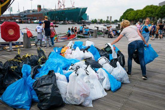 In totaal zijn tijdens dit Plastic Whale event bijna 100 zakken (plastic) afval uit de grachten gevist. Plastic Whale vissen in de Amsterdamse grachten , de dag na Pride Amsterdam
