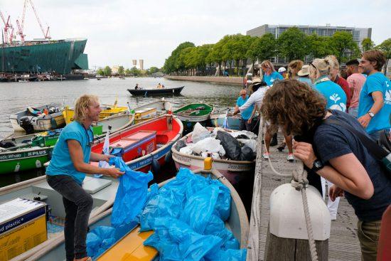 De zakken met plastic en ander afval worden gescheiden weggebracht.Plastic Whale vissen in de Amsterdamse grachten , de dag na Pride Amsterdam