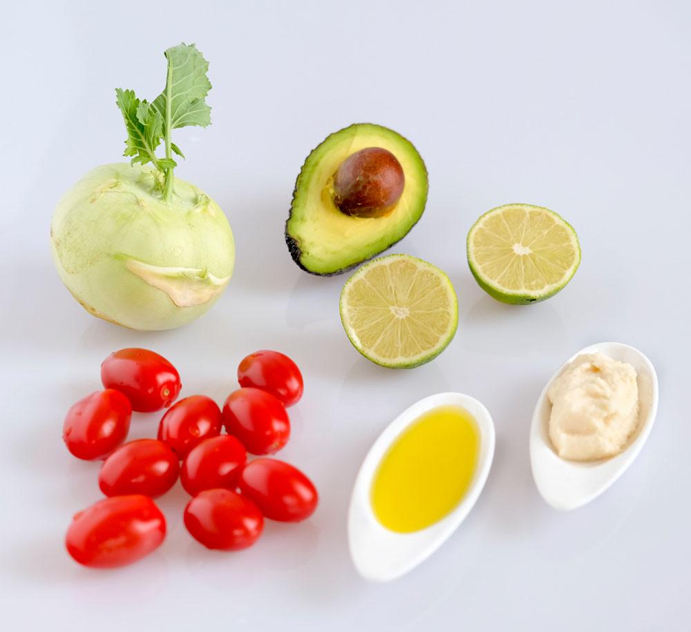 Ingredienten voor een zomerse koolrabi-avocadosalade: koolrabi, olijfolie, limoensap, mieriskwortel, avocado, snoeptomaatjes,