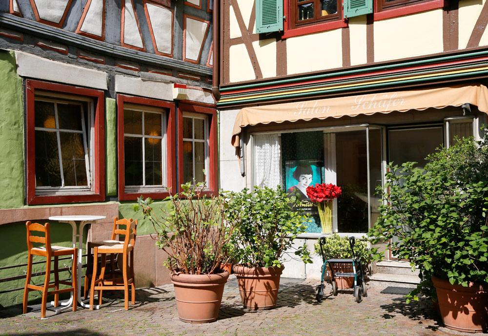Koffie op een knus terras in Ladenburg langs de Bergstrasse. Fietsvakantie Die Bergstrass, Heidelberg, Duitsland, fiets, fietsroute, rondreis, standplaats