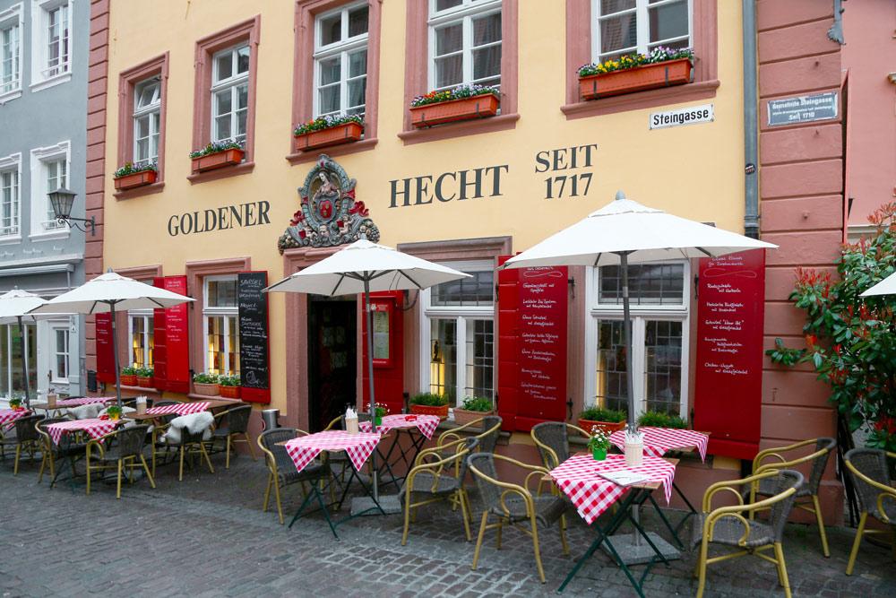Traditioneel restaurant Goldener Hecht in Heidelberg . Fietsen over de Bergstrasse bij Heidelberg, Duitsland