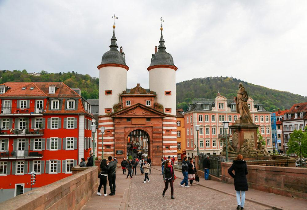 De mooiste brug over de Neckar ligt in Heidelberg. Fietsvakantie Die Bergstrass, Heidelberg, Duitsland, fiets, fietsroute, rondreis, standplaats