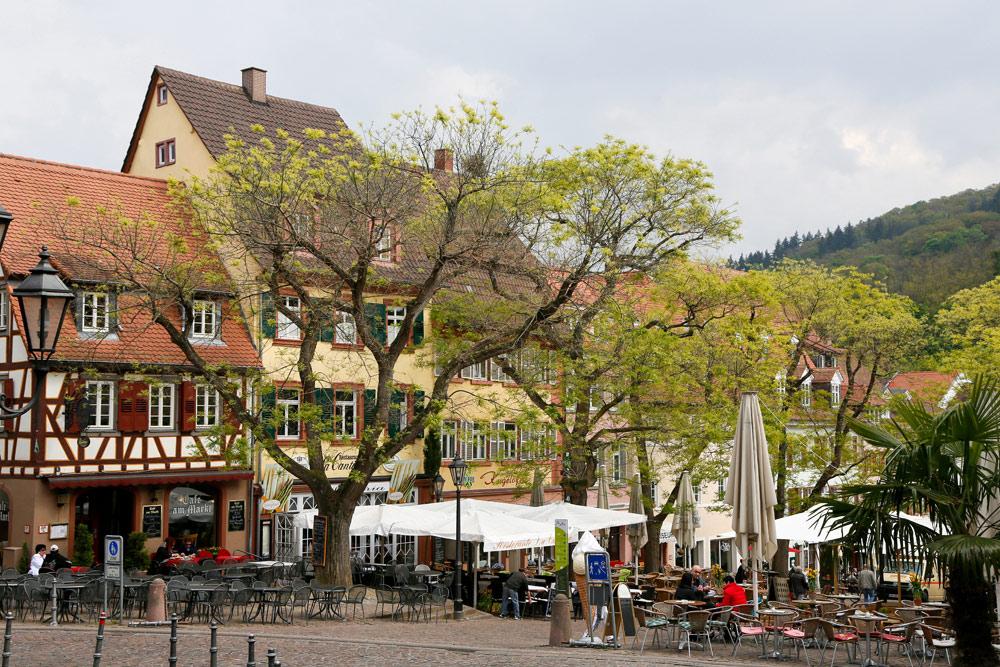 Koffietijd? Zoek een plekje op het centrale plein vol terrassen in Weinheim. Fietsvakantie Die Bergstrass, Heidelberg, Duitsland, fiets, fietsroute, rondreis, standplaats