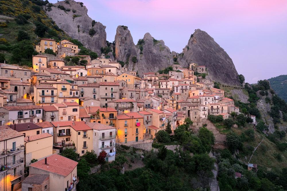Zonsondergang in Castelmezzano, Basilicata, Italie. Rondreis Basilicata, Italie, langs Matera en ankele andere stadajes in de Kleine Dolomieten van Lucarna