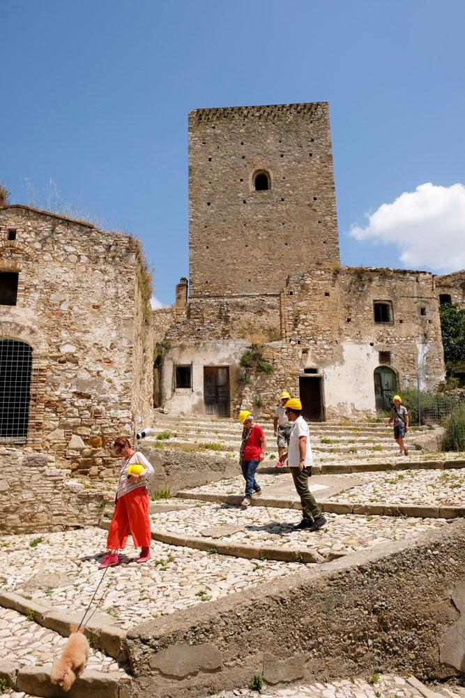 Met helm op op excursie in spookdorp Craco, Basilicata. Rondreis Basilicata, Italie, langs Matera en ankele andere stadajes in de Kleine Dolomieten van Lucarna