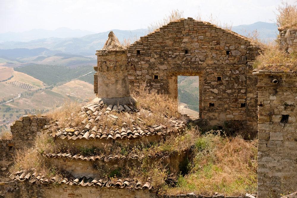 Uitzicht over de ruïnes van spookdorp Craco, Basilicata. Rondreis Basilicata, Italie, langs Matera en ankele andere stadajes in de Kleine Dolomieten van Lucarna