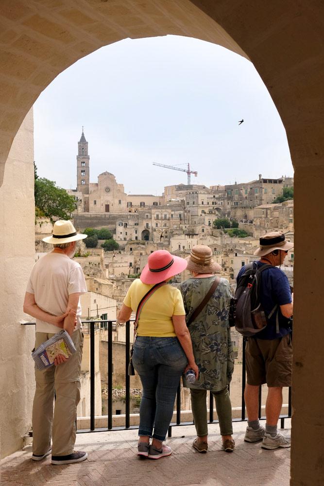 De eerste blik op sasso Barisano in Matera. Rondreis Basilicata, Italie, langs Matera en ankele andere stadajes in de Kleine Dolomieten van Lucarna