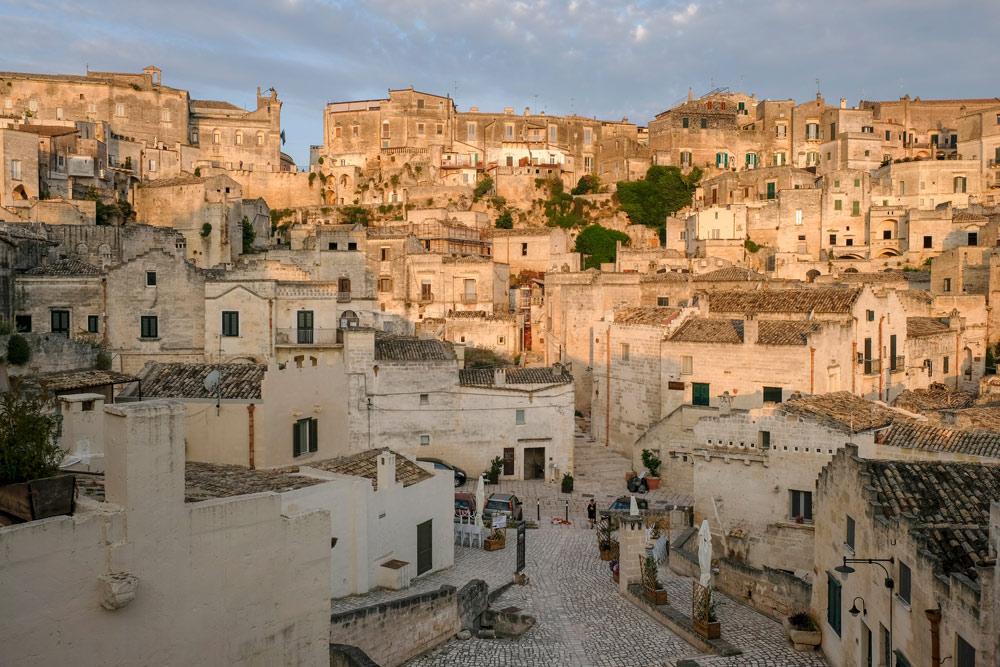 De sassi zijn tegen de berghellingen aangeplakt. Rondreis Basilicata, Italie, langs Matera en ankele andere stadajes in de Kleine Dolomieten van Lucarna