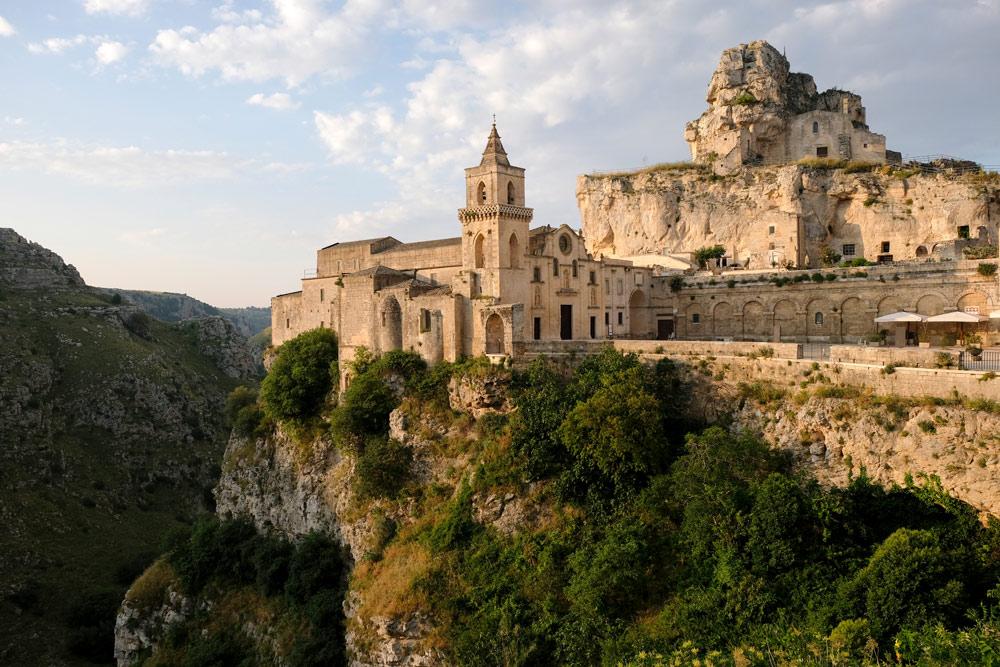 Een van de kerken van Matera, pal naast een ravijn. Rondreis Basilicata, Italie, langs Matera en ankele andere stadajes in de Kleine Dolomieten van Lucarna