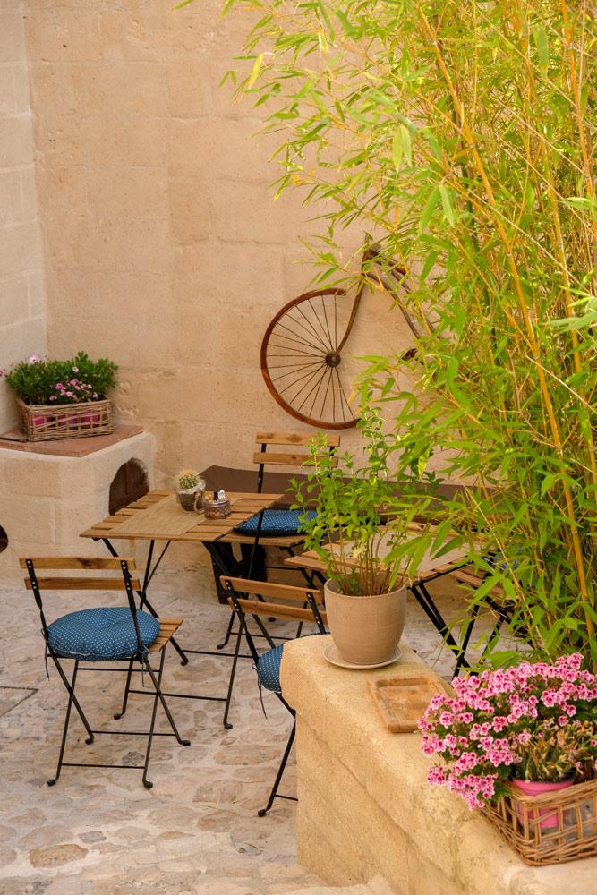 Her en der vind je terrasjes, privé of behorend bij B&B of café. Rondreis Basilicata, Italie, langs Matera en ankele andere stadajes in de Kleine Dolomieten van Lucarna