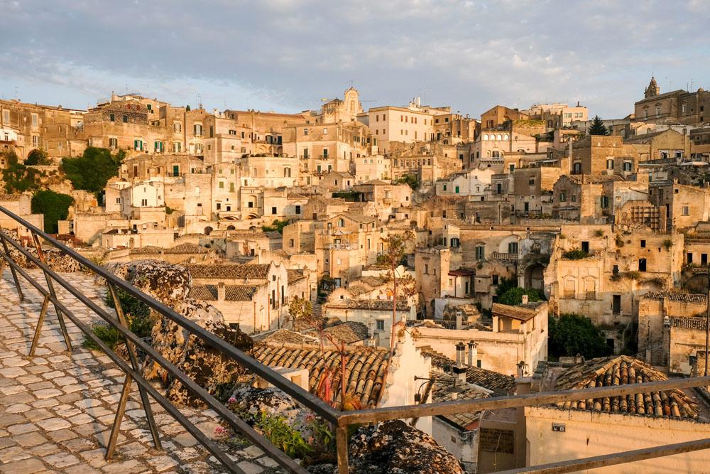 De vroege ochtendzon kleurt de sassi warmgeel. Rondreis Basilicata, Italie, langs Matera en ankele andere stadajes in de Kleine Dolomieten van Lucarna