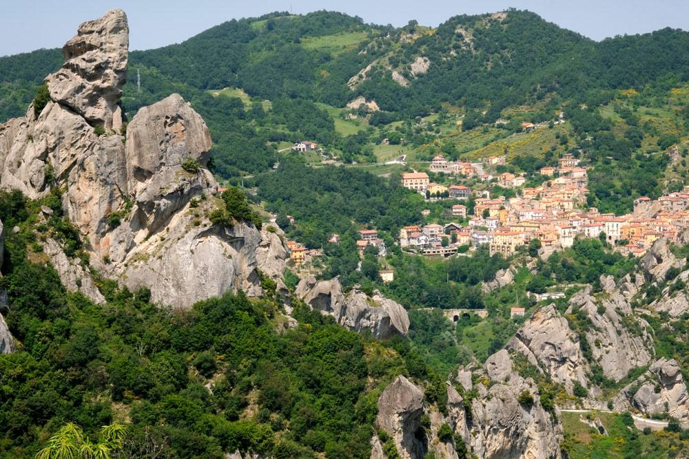 Pietrapertosa ligt verscholen in de Kleine Dolomieten van Lucane. Rondreis Basilicata, Italie, langs Matera en ankele andere stadajes in de Kleine Dolomieten van Lucarna