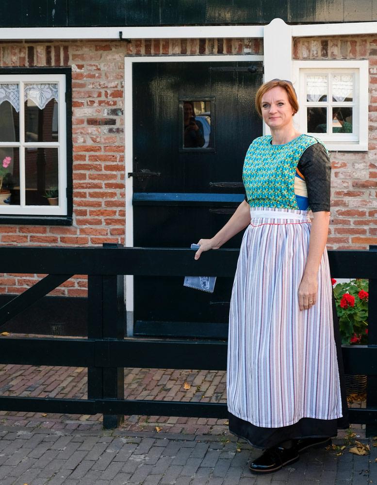 Alice vertelt tijdens een Ginkiestocht over het leven op Urk. Wandelen in Flevoland