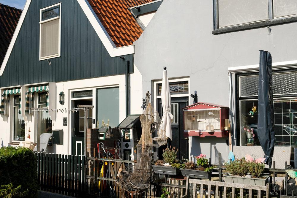 De kleine vissershuizen op Urk staan dicht op elkaar. Wandelen in Flevoland