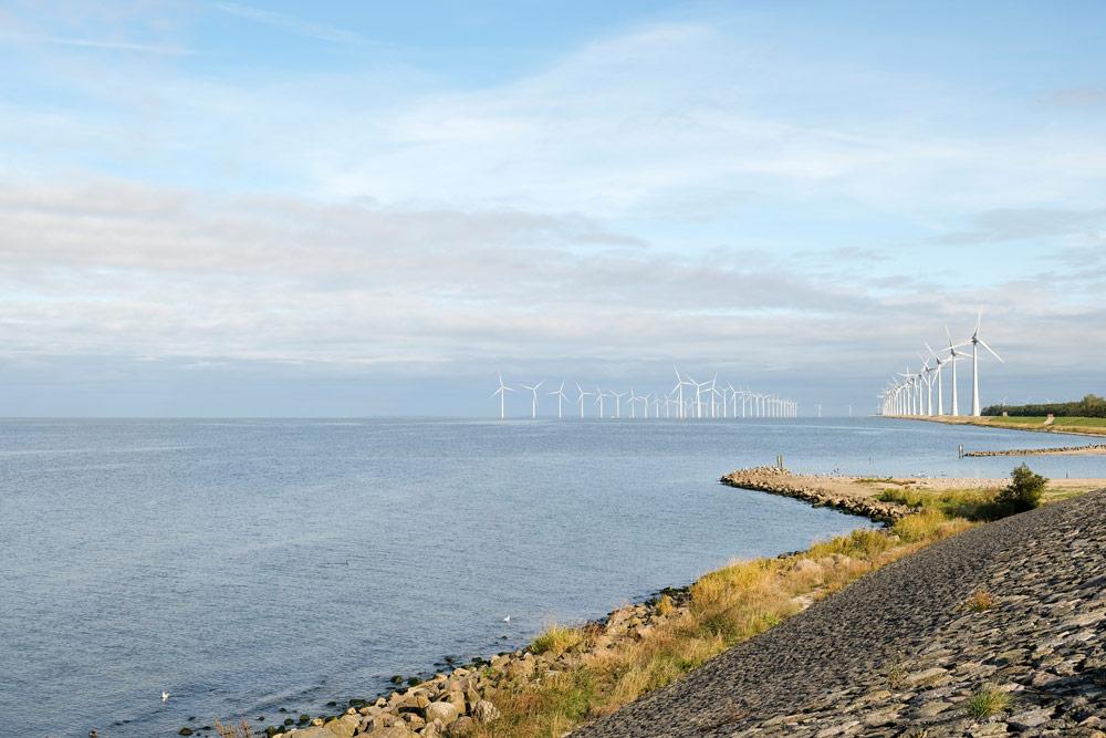 Voor de kust bij Urk staan 70 windolens. Wandelen in Flevoland