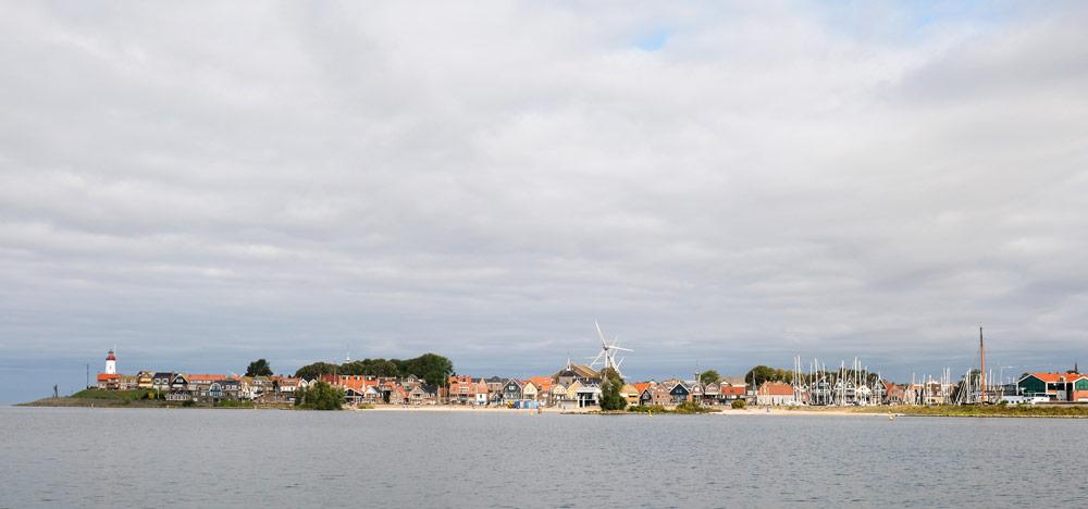 De skyline van Urk, nu onderdeel van de Noordoostpolder, Flevoland. Wandelen in Flevoland