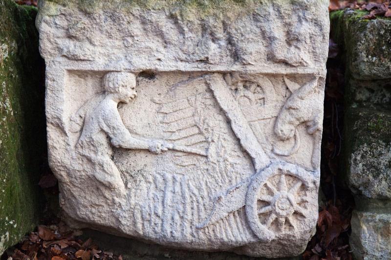 Een oude steen bij Montauban, la Gaume. Rondreis La Gaume, Wallonie, Belgie, hotspots, bezienswaardigheden, roadtrip