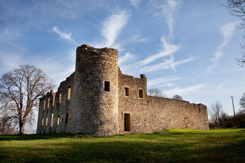 Zelfs de ruïnes van Montquintin zijn nog indrukwekkend. Rondreis La Gaume, Wallonie, Belgie, hotspots, bezienswaardigheden, roadtrip