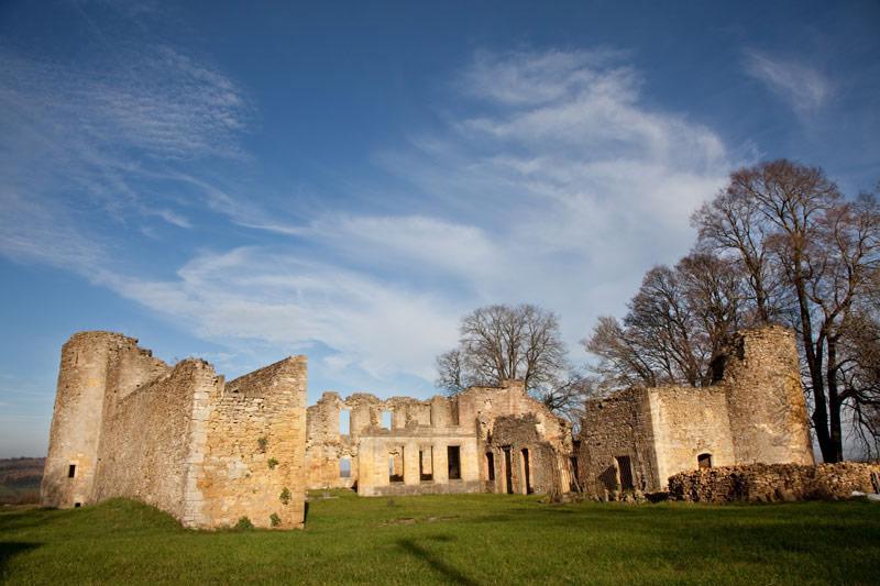 Extra tussenstop, de ruïnes van Montquintin. Rondreis La Gaume, Wallonie, Belgie, hotspots, bezienswaardigheden, roadtrip