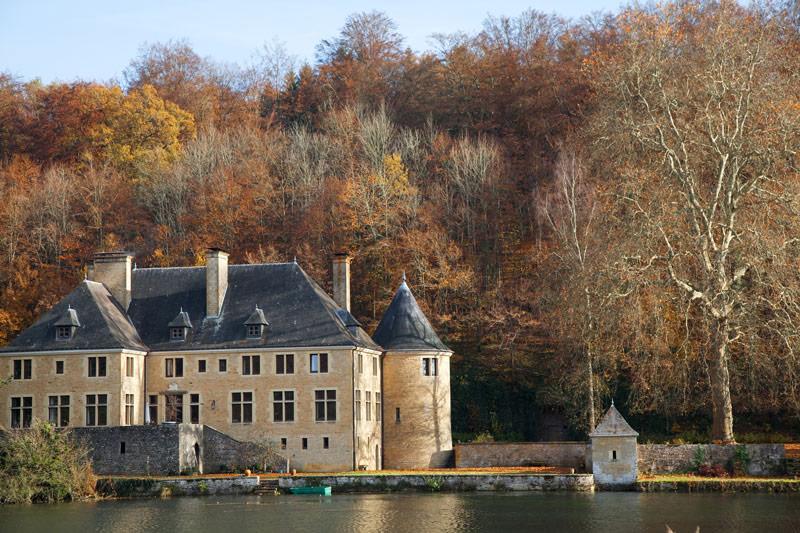 Orval in herfstkleuren. Rondreis La Gaume, Wallonie, Belgie, hotspots, bezienswaardigheden, roadtrip