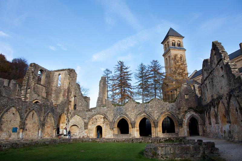 De ruïnes van de oude cisterciënzerabdij van Orval.. Rondreis La Gaume, Wallonie, Belgie, hotspots, bezienswaardigheden, roadtrip