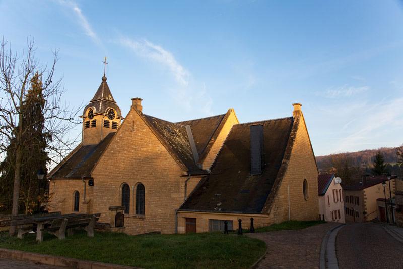 De zonsondergang in Torgny kleurt de kerken mooi geelRondreis La Gaume, Wallonie, Belgie, hotspots, bezienswaardigheden, roadtrip