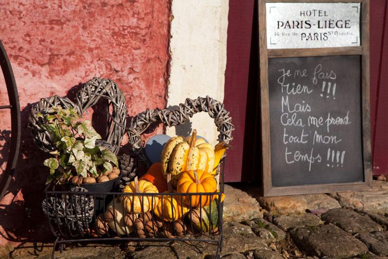 Pompoenen bij de deuren in Torgny. Rondreis La Gaume, Wallonie, Belgie, hotspots, bezienswaardigheden, roadtrip