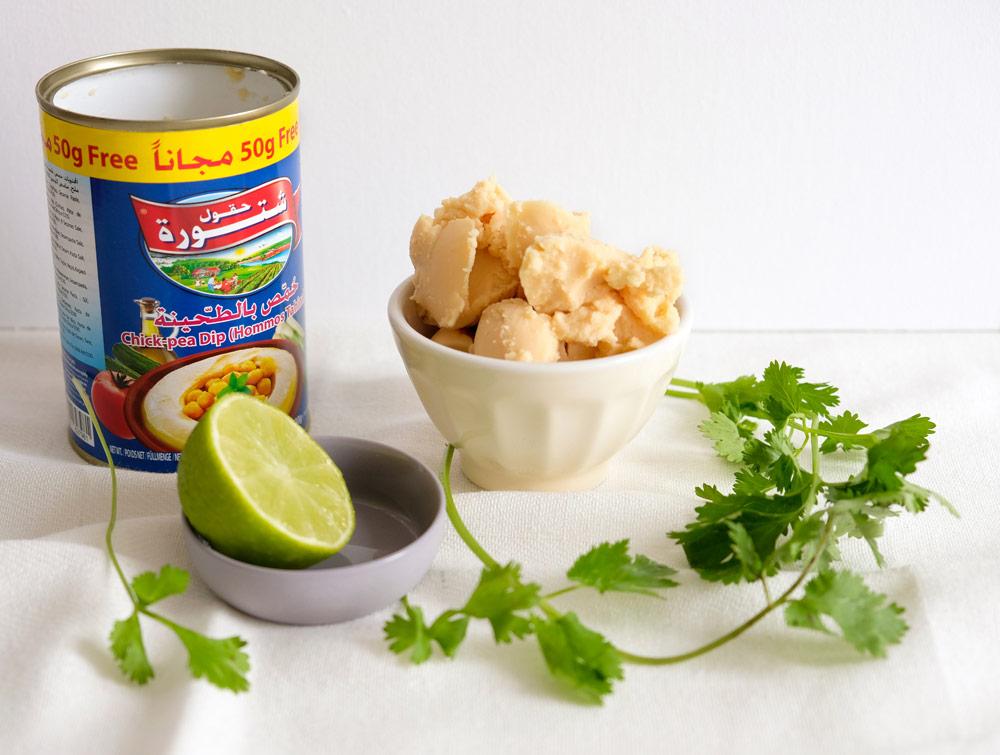 De ingrediënten voor hummus met koriander en limoen