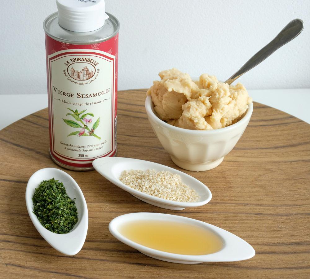 De ingrediënten voor hummus met sesam en zeewier