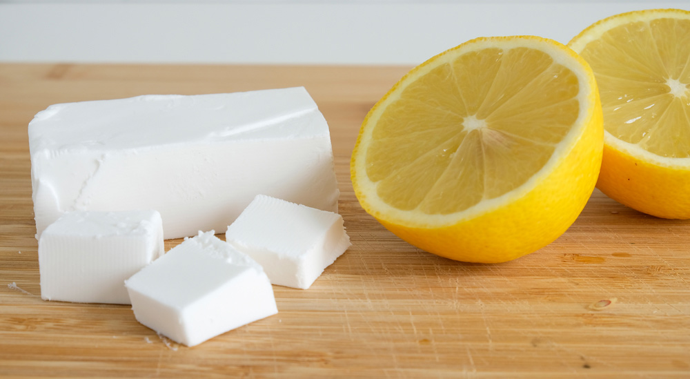 Met wat citroensap en zest krijgt de vegan kaasvervanger net wat meer frisheid. Violife Greek White Block, vegan kaasvervanger voor feta