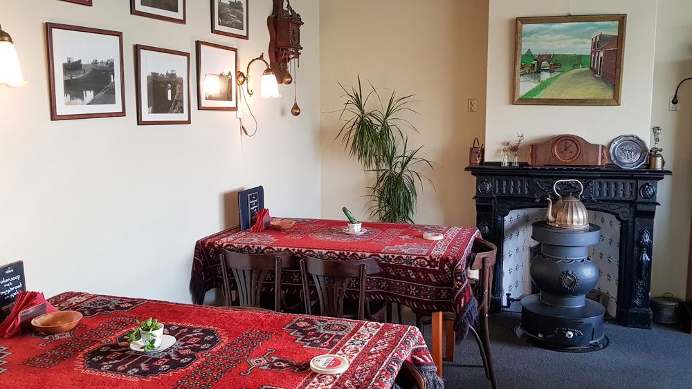 Een echt oud bruin café, 't Zielhoes in Noordpolderzijl. rondreis Waddenkust, Groningen, roadtrip