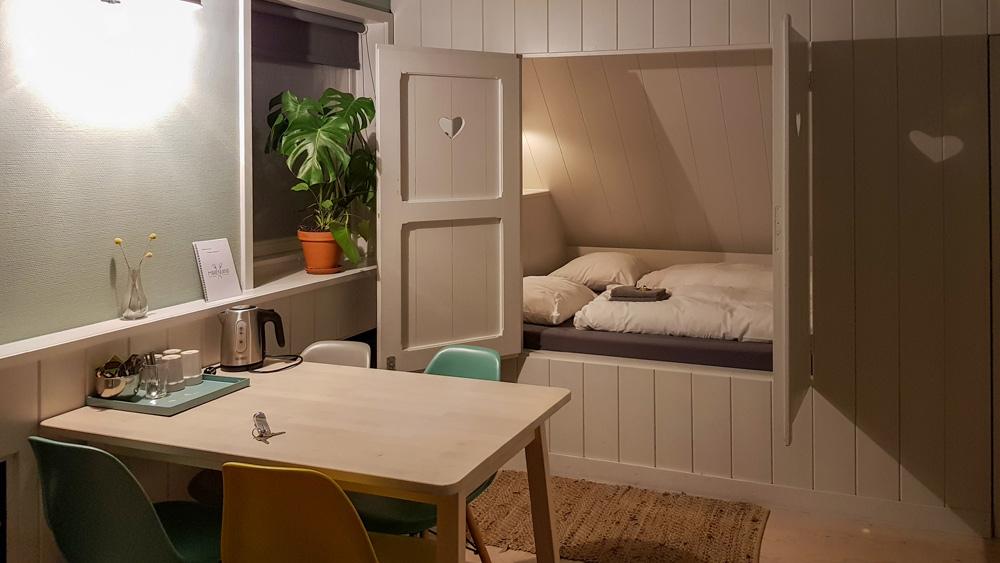 Slapen in een bedstee bij hotel Marenland in Winsum. rondreis Waddenkust, Groningen, roadtrip