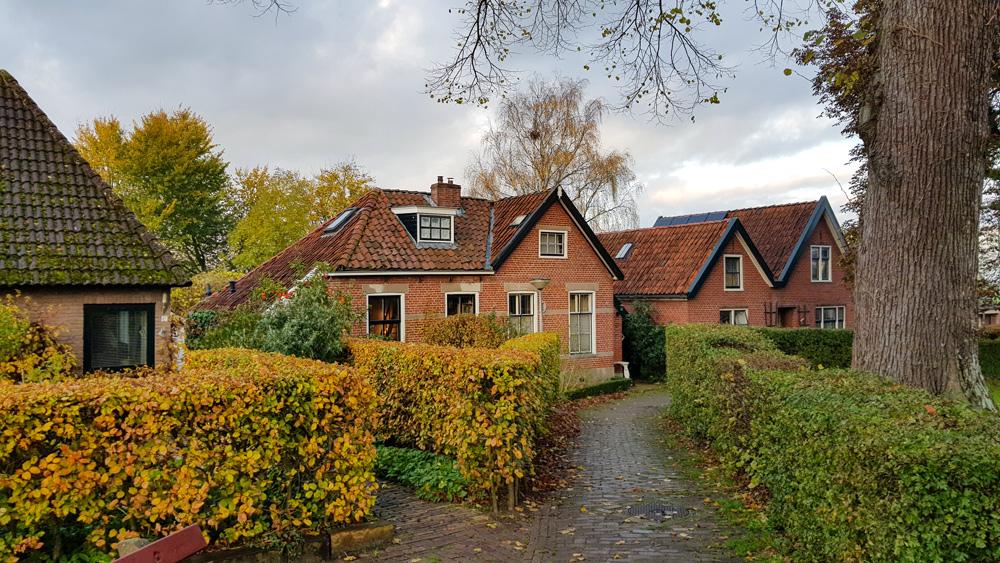 Huizen bij de Obergum kerk in Winsum. rondreis Waddenkust, Groningen, roadtrip