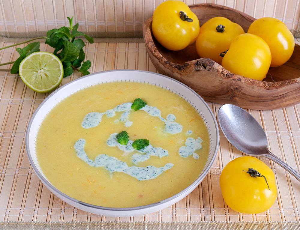 Vegan gele tomatensoep met venkel en koriander-munt room. Foto: Kim van Dam