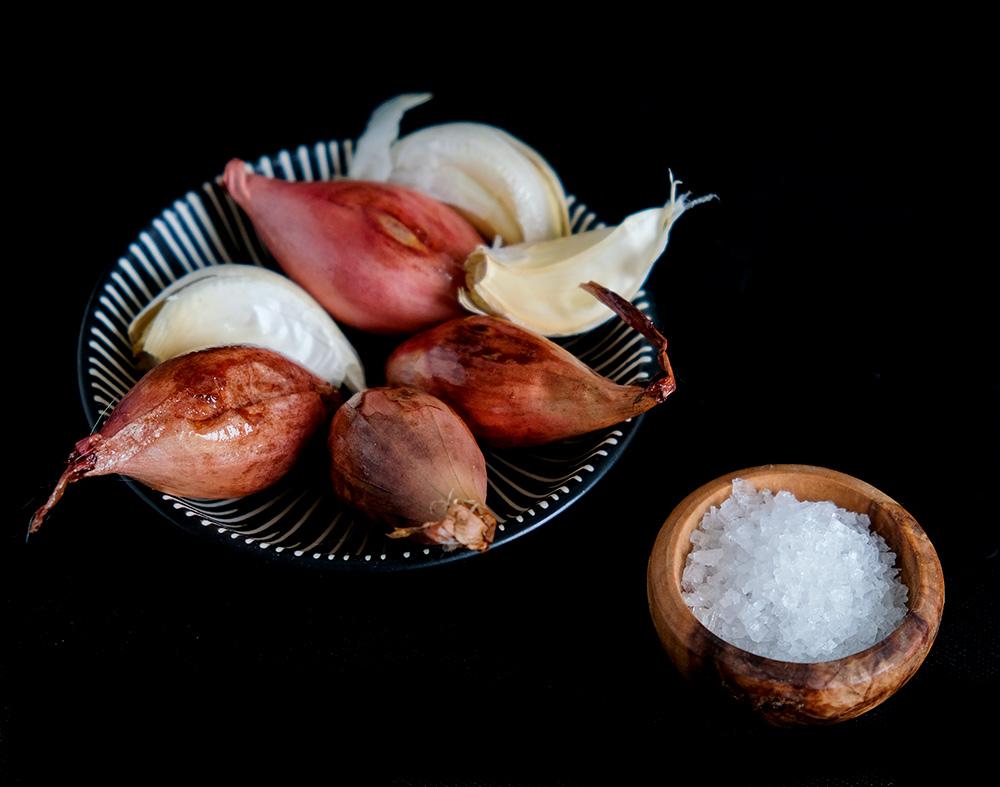 . Geroosterde groenten uit de oven. wortelen, rode bieten, sjalotjes en knoflook
