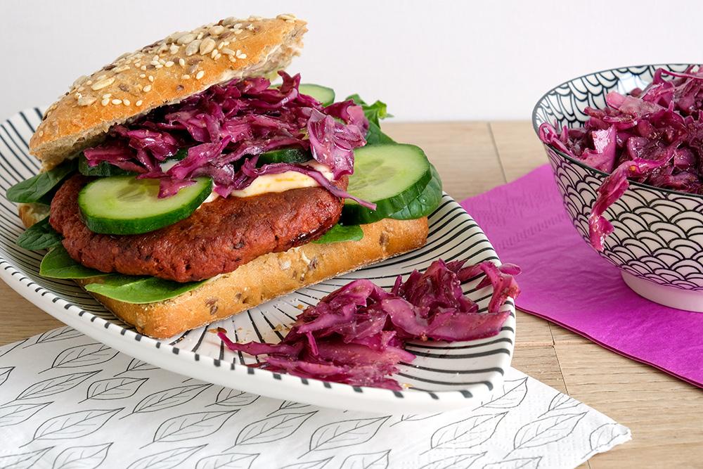 Vegan lunch van burger met baharatkruiden, veganistisch, vegetarisch, vega, rode kool salade, rodekool, rodekoolsalade