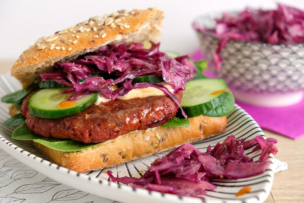 Baharat-burger van vegan Naturli gehakt met rode kool salade, rodekool