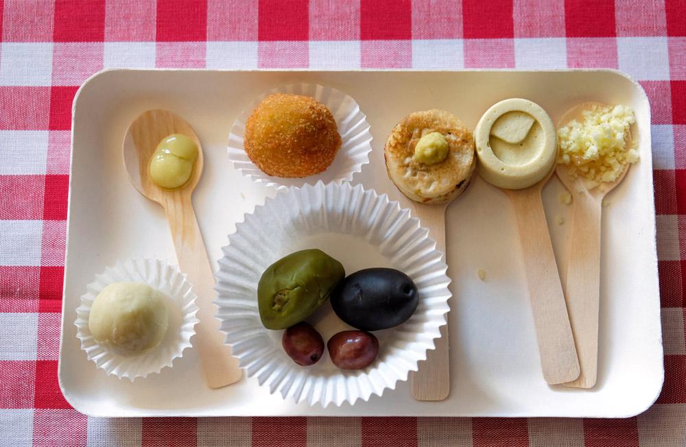 Heerlijke hapjes met olijfolie in de hoofdrol. Little Italy event in Amsterdam, De smaak van Italie