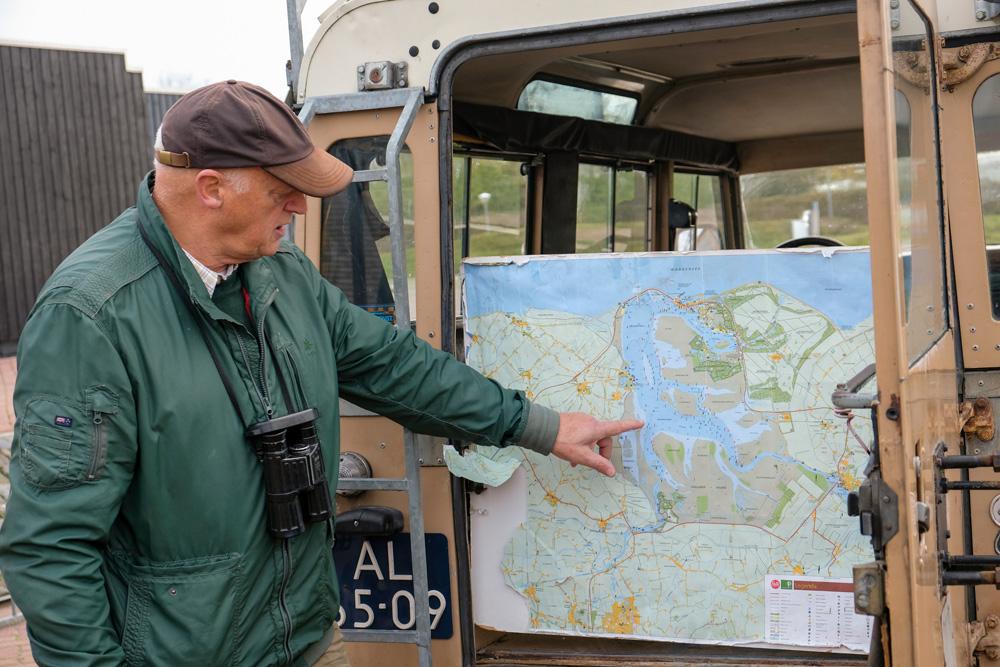 De boswachter van Nationaal Park Lauwersmeer geeft uitleg. Waddenkust rondreis, Groningen, Friesland