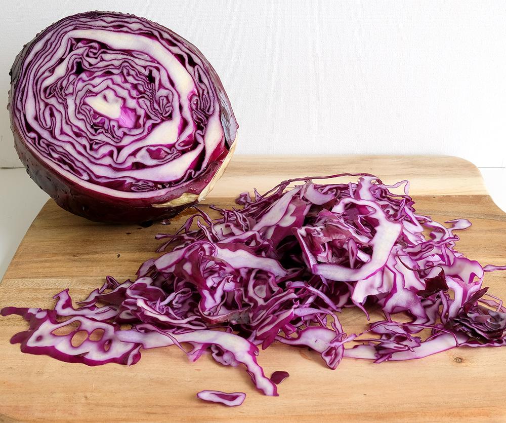 Gesneden rode kool voor een salade met komijn, rodekool