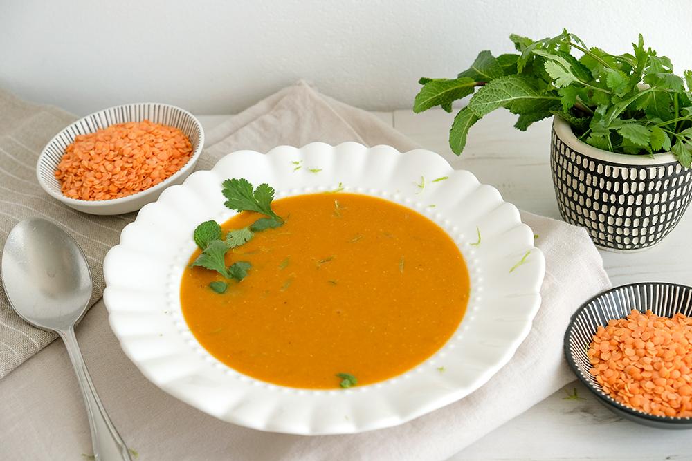 vegan rode linzensoep met split linzen en limoen-kokosroom, veganistisch, plantaardig, plant-based