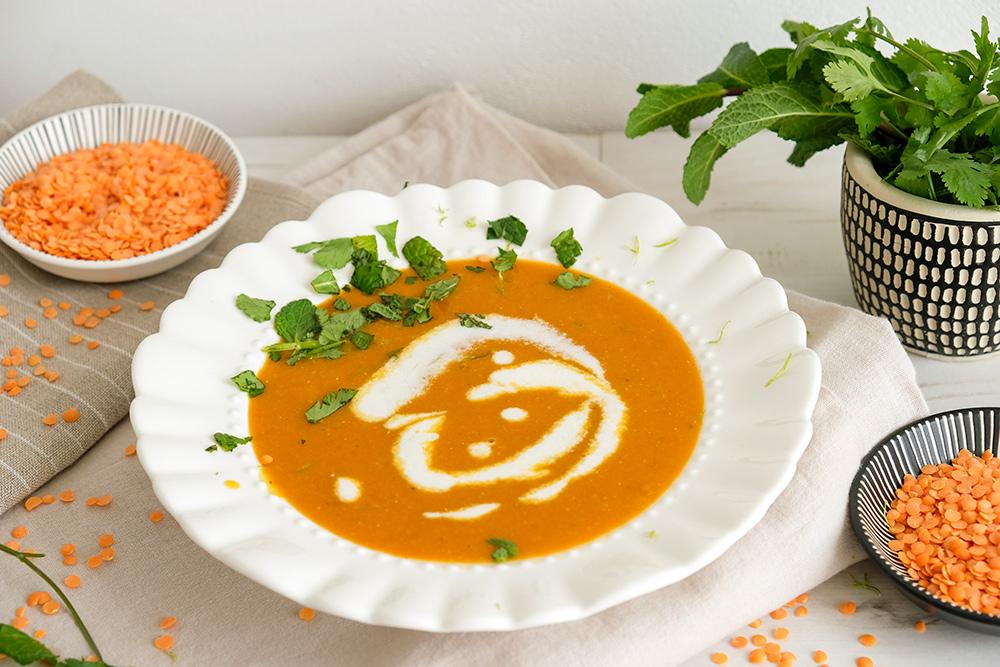 Soep wordt comfort food met deze veganistische rode linzensoep. vegan rode linzensoep met split linzen en limoen-kokosroom, veganistisch, plantaardig, plant-based